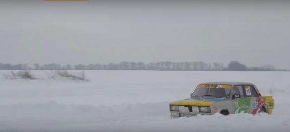 Черкащан вчили, як втримати автомобіль на засніженій дорозі