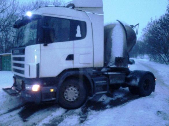 На дорозі в Черкаській області застрягли дві вантажівки