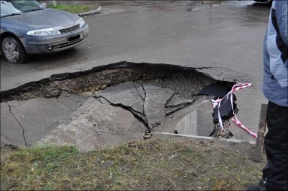 У Черкасах під асфальт провалилась машина