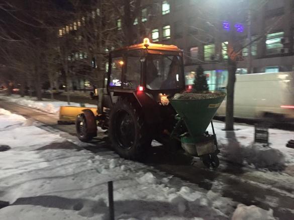 Черкаські тротуари посипає піском нова техніка (ФОТО)