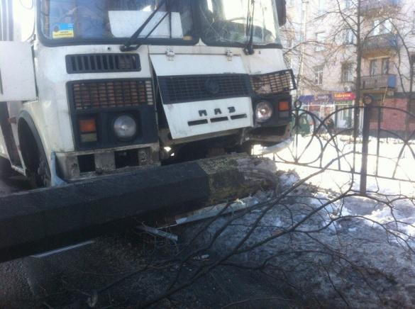 Водій маршрутки, яка влетіла у стовб в центрі Черкас, заплатить штраф