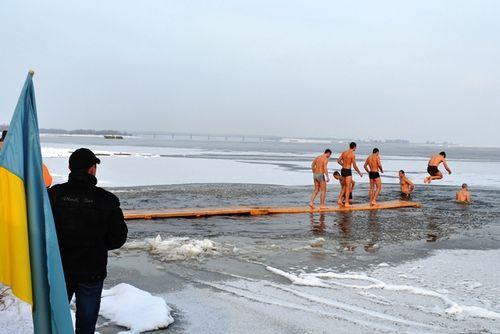 Рятувальники порадили черкащанам, як на Водохреща безпечно зануритися у крижану воду