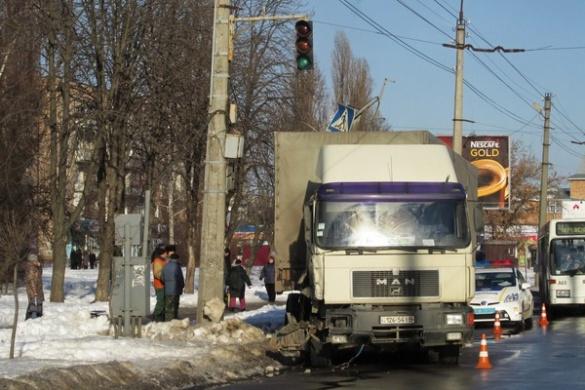 У Черкасах чоловік ледь не залишився без ноги через вантажівку (ФОТО)