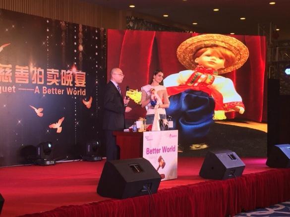 Черкащанка в Китаї продала ляльку у народному костюмі за кругленьку суму