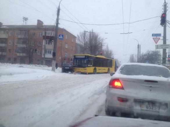 У мережі з'явилося відео ДТП, коли у Черкасах тролейбус влетів у авто