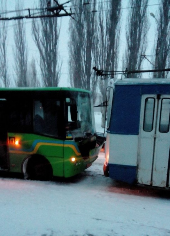 У Черкасах чергова ДТП: маршрутка врізалася у тролейбус