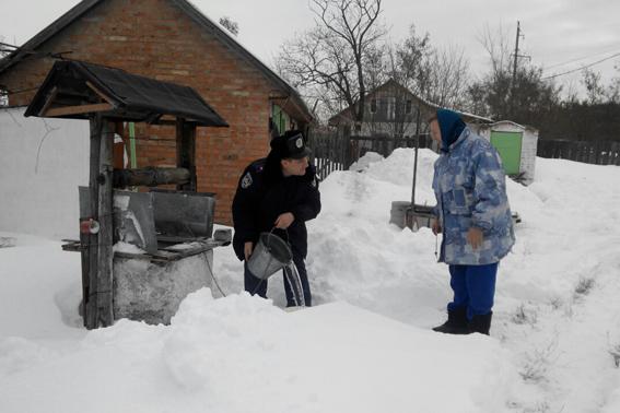 Черкаські поліцейські відкидають сніг у дворах літніх людей