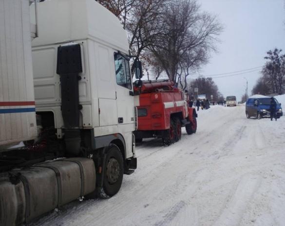 На Черкащині через негоду вантажівки заблокували рух дорогою