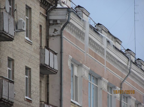 Величезні брили з даху будівлі у центрі Черкас прибрали лише після припису