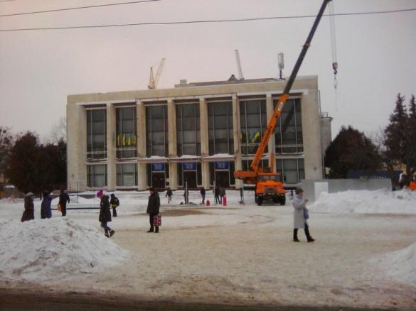 Театральна площа уже без ялинки, але ще з краном