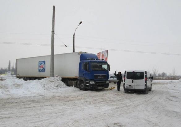 У Черкасах в сніговий замет в'їхала 24-тонна вантажівка (ФОТО)
