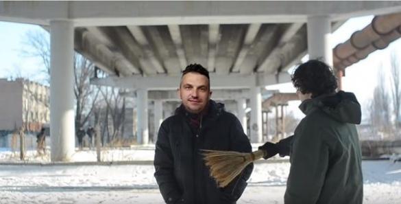 У Черкасах лопатою