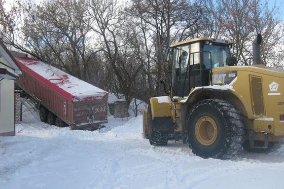 На Черкащині поліцейські врятували 20-тонну вантажівку від снігу (ВІДЕО)