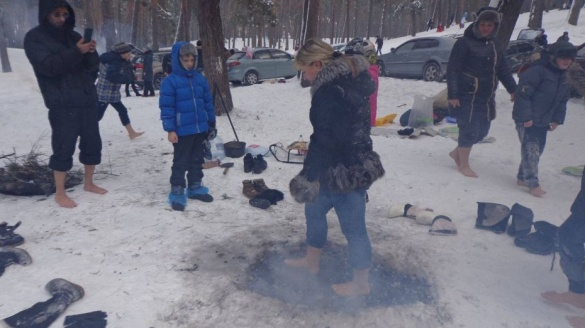 Щоб загартувати себе, черкаські діти ходили по вугіллю