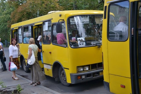 У Черкасах із маршрутки висадили пасажира, бо не мали як дати решту