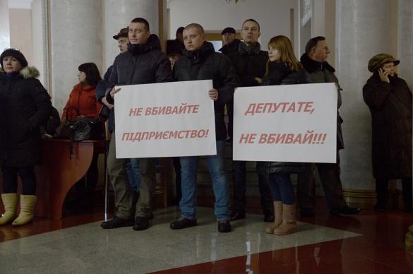 Черкаські підприємці з плакатами зібралися в Будинку рад