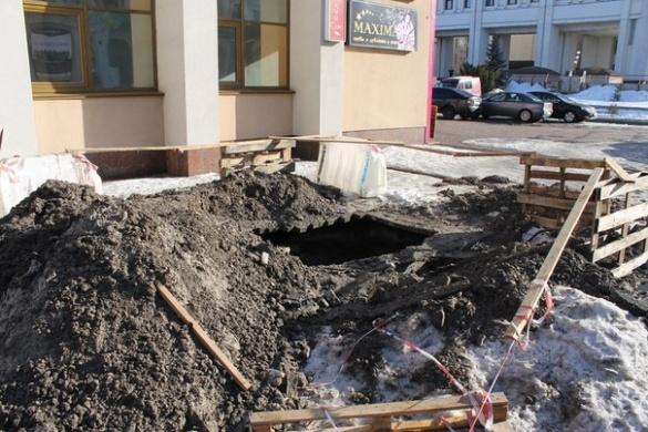 У центрі Черкас провалився тротуар (ФОТО, ВІДЕО)