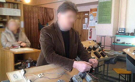 Черкаського викладача-хабарника затримали просто у навчальному закладі (ФОТО)