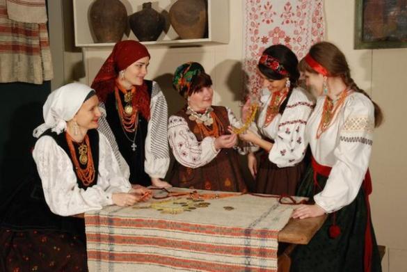 Старовинний одяг та прикраси показали у черкаському музеї