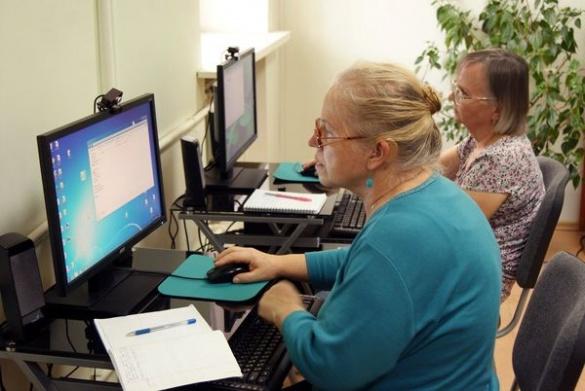 У Черкасах стареньких людей навчать користуватися інтернетом і телефоном