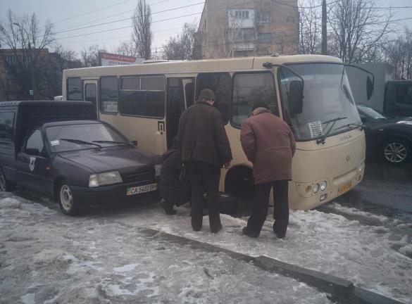 У Черкасах у маршрутки під час руху відпадають деталі (ФОТО)