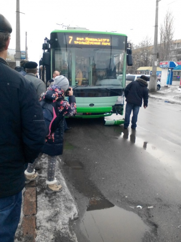 У Черкасах сталася ДТП за участю нового тролейбуса (ФОТО)