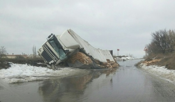На Черкащині перевернулася вантажівка, що везла деревину