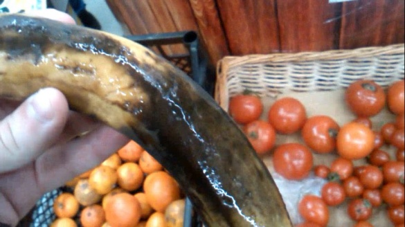 У черкаському магазині продають гнилі фрукти та овочі