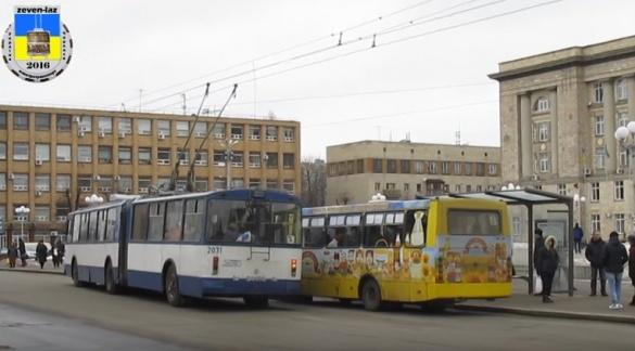 У центрі Черкас змінили місця зупинки автобусів і тролейбусів (ВІДЕО)