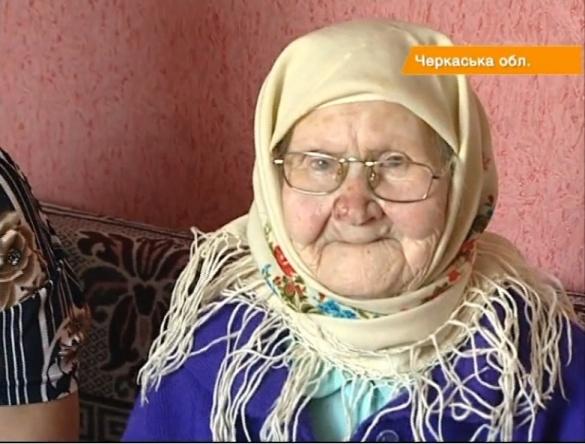 Черкаська 100-річна бабуся готує їсти й шиє собі одяг (ВІДЕО)