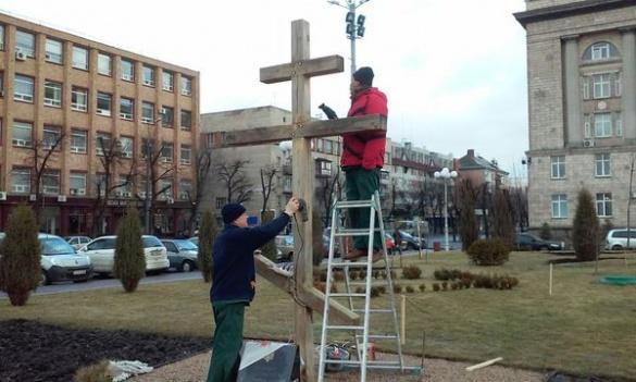 У центрі Черкас оновили пам'ятний знак Небесній Сотні (ФОТО)
