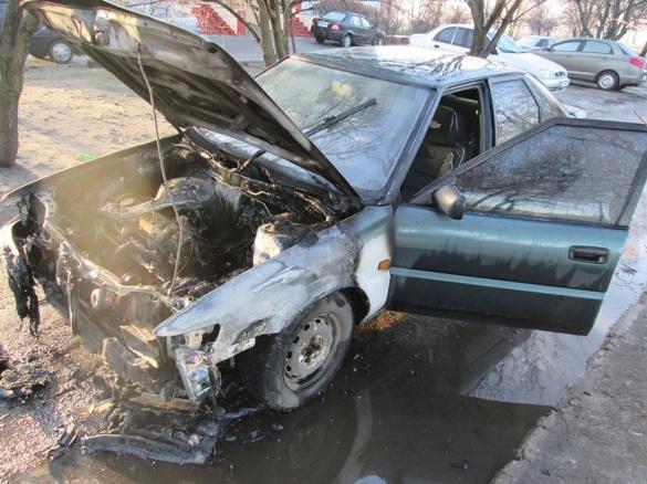 На тротуарі у Черкасах загорілося авто (ФОТО)