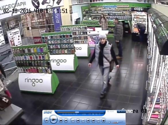 У Черкасах розшукують людей, які зухвало пограбували магазин (ФОТО)