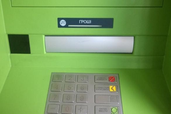 Черкаські аферисти обкрадають банкомати за допомогою скотчу (ФОТО)