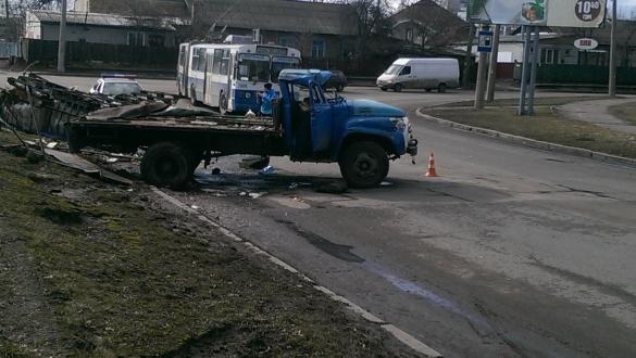 У Черкасах посеред дороги перекинулася вантажівка із водою (ФОТО)