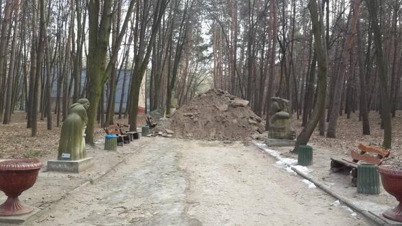 У черкаському парку оновлюють алеї (ВІДЕО)