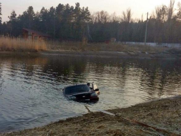 У Черкасах водій вирішив помити свою машину в Дніпрі (ФОТО)