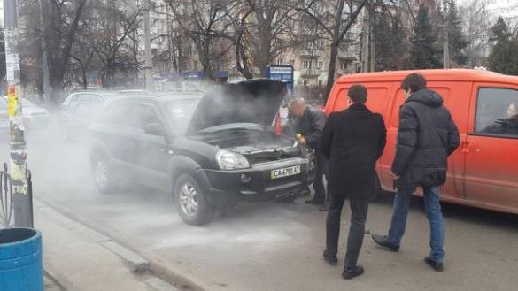 У центрі Черкас загорівся автомобіль (ФОТО)