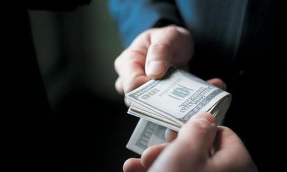 У Черкасах правоохоронця хотіли підкупити за дві сотні доларів