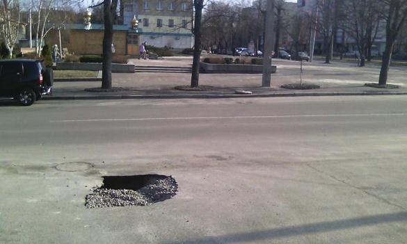 За 200 метрів від черкаського виконкому провалилася дорога (ФОТО)