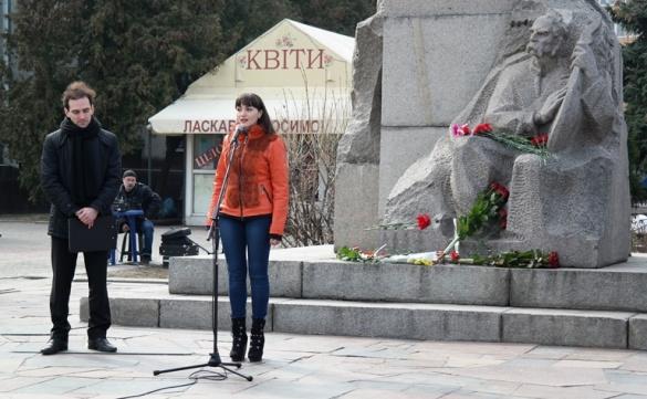 У Черкасах віршами та квітами вшанували пам'ять Тараса Шевченка (ФОТО)
