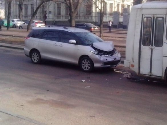 По бульвару Шевченка сталася ДТП за участі маршрутки