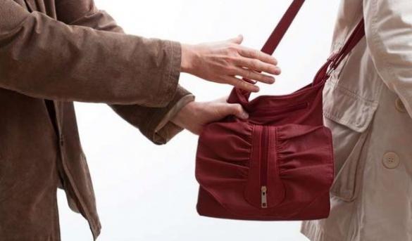 Правоохоронці затримали крадія жіночих сумочок