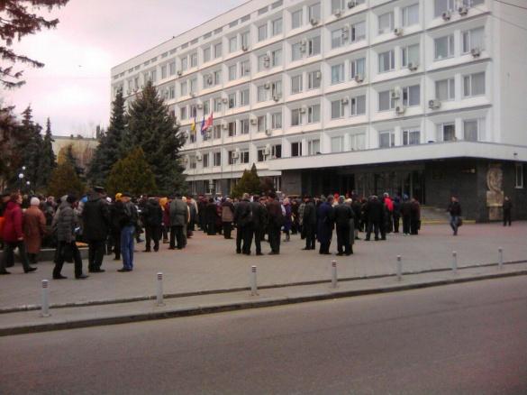 Біля Черкаської міськради мітингують комуністи та пенсіонери (ФОТО)