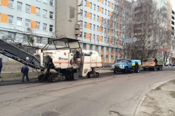 Біля Другої міської лікарні ремонтують дорогу