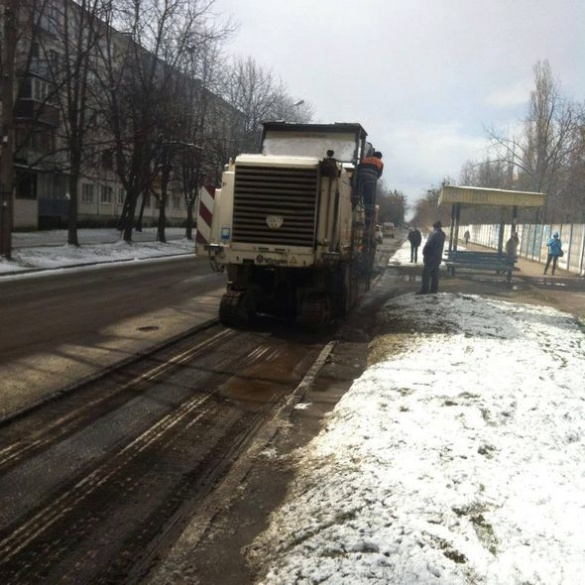 Біля Третьої міської лікарні ремонтують дорогу (ФОТО)