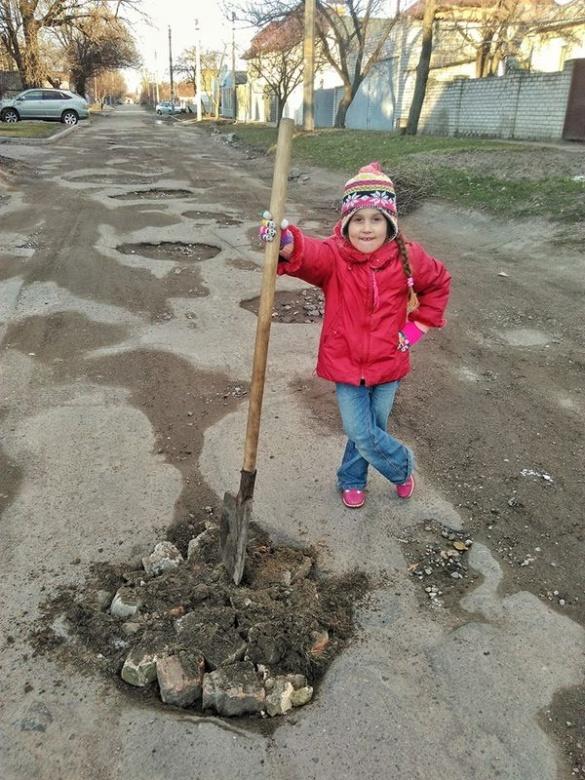 Вже навіть діти взялися за лопати, щоб відремонтувати черкаські дороги (ФОТО)