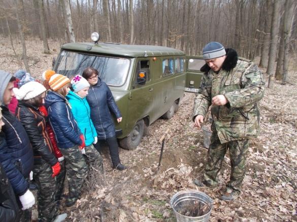 На Черкащині діти власноруч відновлюють ліс (ФОТО)