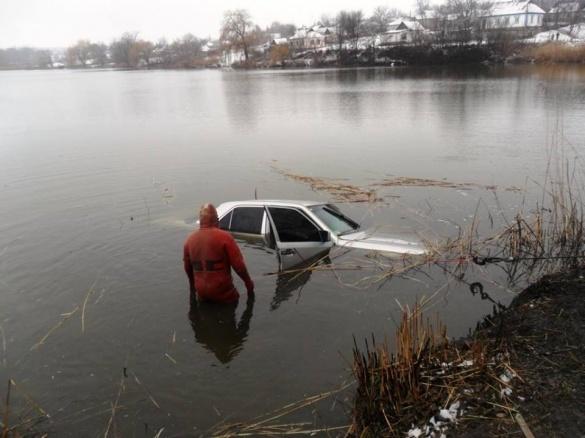 На Черкащині рятувальники дістали зі ставка автомобіль