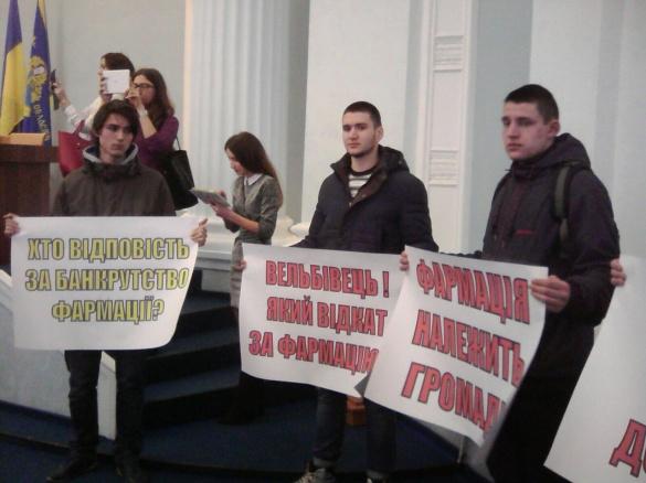 На сесії Черкаської облради протестують молодики у спортивному